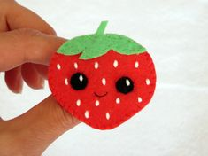 Broche en feutrine, fraise, kawaii par IbelieveIcanfil - felt brooch, strawberry