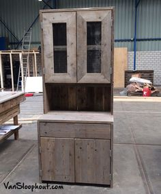 Buffetkast, vitrinekast, boekenkast van steigerhout met glas deurtjes. #sloophout #kast #VanSloophout.com