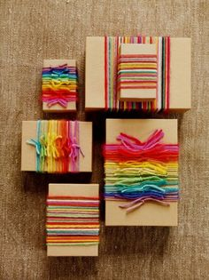 Emballage Papier Cadeau Use yarn scraps to wrap your gifts. Creative Gift Wrapping, Present Wrapping, Creative Gifts, Wrapping Papers, Diy Wrapping, Gift Wrapping Ideas For Birthdays, Cute Gift Wrapping Ideas, Birthday Wrapping Ideas, Kid Birthdays