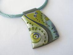 Anhänger in Mokume Gane / Imprint-Technik nach dem Buch von Julie Picarello. Kette aus gehäkelten Miyuki-Perlen.
