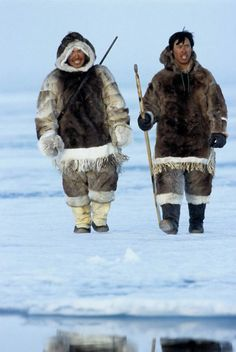 Inuit in traditional clothes Inuit Clothing, Folk Clothing, Historical Clothing, Cthulhu, Inuit People, Most Beautiful People, Outdoor Photography, First Nations, Native American Indians
