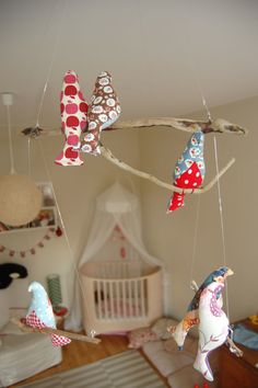 Much better than the traditional mobile in a nursery. Fabric Animals, Fabric Birds, Bird Crafts, Diy And Crafts, Sewing For Kids, Diy For Kids, Mobiles For Kids, Bird Mobile, Sewing Toys