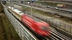 HSL spoorbak naast de drukke A16 (Rotterdam - Antwerpen via Breda ) door betonrot aangetast.