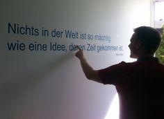 Neue Wandsprüche in den TWT Büros: Jedes Team wählt seinen eigenen Spruch