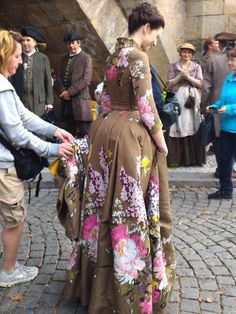 Sam Heughan (Jamie Fraser) and Caitriona Balfe (Claire Fraser) film season two of Outlander in Prague Outlander Clothing, Diana Gabaldon Outlander Series, Outlander Season 2, Outlander Tv Series, Starz Outlander, Starz Series, Claire Fraser, Jamie Fraser, Tartan