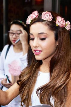 I love Ariana's hair so much. I want that flower crown!