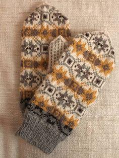 Mitten Gloves, Knitting Projects, Knitting Patterns, Fabric Yarn, Diy Crochet, Needle And Thread, Fingerless Gloves, Weaving, Socks