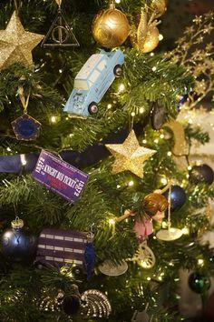 Harry Potter Christmas Decorations, Harry Potter Christmas Tree, Hogwarts Christmas, Harry Potter Decor, Christmas Love, Christmas Crafts, Christmas 2019, Wallpaper Harry Potter, Harry Potter Classroom