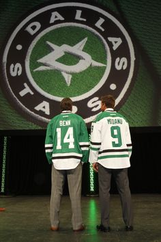 Jamie Benn and Mike Modano wearing the new jersey of The Dallas Stars Ice Hockey Rink, Hot Hockey Players, Nhl Players, Hockey Teams, Mike Modano, Dallas Sports, Hockey Boards, Hockey Rules, Stars Hockey