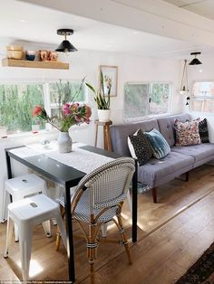 65 Best Travel Trailers Remodel for RV Living Ideas - Earlier than you begin reworking your motorhome, know what you need after which create a plan in your residing space that's primarily based on the perfect use of the area. Tyni House, Tiny House Living, Rv Living, Small Living, Living Area, Living In A Trailer, Sell House, Mobile Living, Living Rooms