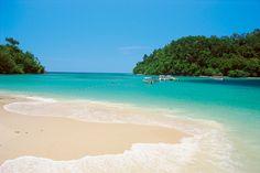 Lennä Kota Kinabaluun, jossa lähes kaikki on mahdollista ja valmistaudu ihanaan lomaseikkailuun! | Let's go! | www.tjareborg.fi Kota Kinabalu, Joko, Varanasi, Borneo, Where The Heart Is, Beach, Water, Holiday, Travel