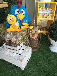 Festas Personalizadas em Brasília: Pintinho Amarelinho Candy Colors, Party Ideas, Baby Chickens, Yellow, Power Strip, Happy Birth Day, Hens, Parties Kids, Bebe