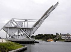 The Pegasusbrug near Ouistreham in France, which was a stepping stone for tail bridges, is a limited turntable bascule bridge