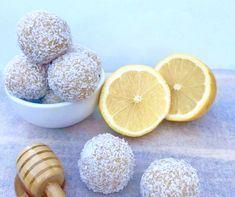 These simple to make Lemon and Honey Bliss Balls are just 89 calories each and you probably have all the ingredients at home right now. Healthy Mummy Recipes, Healthy Snacks, Healthy Eating, Clean Eating, Raw Balls, Energy Balls, Bliss Balls, Breakfast Bars, Recipes Dinner