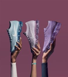 Take a look behind the design at the Women's Nike Air Vapormax Flyknit 'Day to Night' Collection. Stay a step ahead of the latest sneaker launches and drops. Sapatilhas Nike, Tenis Masculino, Sapatos, Looks, Bronzeador, Loja Store, Tênis Nike, Women's Shoes