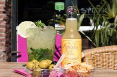 'Een beetje verfrissing op hete dagen, een heerlijke alcoholvrije cocktail met limoen en Appelaere!' De ingrediënten van deze virgin mojito zijn: 1 EL rietsuiker, 1 EL suikersiroop, 1 TL limoensap, 4 limoenpartjes + een schijfje op de rand, 5 mooie muntblaadjes + extra om te garneren, 0.2 ltr Appelaere, crushed ice tot over de rand van het glas en een kort rietje. Wil jij deze verfrissende cocktail ook maken? Bekijk het recept in ons receptenboekje!