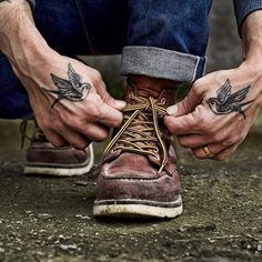 Instagrams Erhanoluk @tworoutes  Selvedge Denim , redwing heritage and old school ink Trendy Tattoos, Small Tattoos, Tattoos For Guys, Unique Tattoos For Men, Body Art Tattoos, Sleeve Tattoos, Mens Hand Tattoos, Bird Tattoo Men, Tatto Old