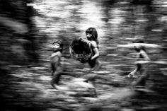 ©José Medeiros.Crianças ikpeng (Xingu),do projeto Já Fui Floresta.Outras fotos na página do fotógrafo