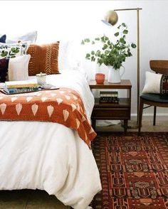 Sidetable, floor lamp, orange tones #LampBedroom