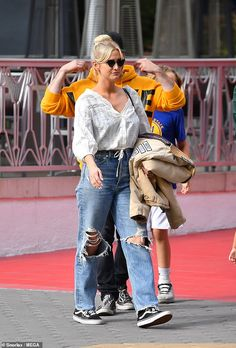 The singer paired distressed jeans with a boho top while making her way around the Universal Studios theme park with her husband and children. Universal Studios Theme Park, Evan Ross, Ashlee Simpson, Old Singers, Peasant Blouse, Celeb Style, Boho Tops, Distressed Jeans, Summer Time
