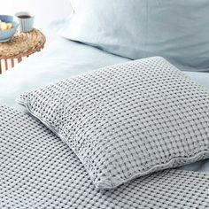 Eine Tagesdecke mit toller Oberflächenstruktur. Für unsere Kollektion Veiros wird reine Baumwolle in Jacquard verwoben, eine Technik mit der tolle Muster gearbeitet werden können. Der strukturierte Look mit Waffelmuster passt sich gut in Ihr Schlafzimmer ein, da er jede Menge Komfort ausstrahlt.