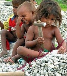 Young children breaking stones making a living. Esta la pongo porque son preciosos y me duele vervlos en esta situación. (I put this here because they are precious and it hurts me to see this situation.)  ...child labor...no government help...risk of injury or death...