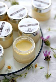 Bienenwachsbalsam selbst herstellen für Alltags-Wehwehchen wie spröde Lippen, trockene Haut, Irritationen, Mückenstiche und Schürfwunden.