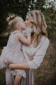 5 Tips for Creating Great Family Portraits Family Portrait Outfits, Fall Family Photo Outfits, Family Portrait Poses, Fall Family Photos, Family Posing, Family Pictures, Family Photoshoot Ideas, Outdoor Family Portraits, Fall Outfits