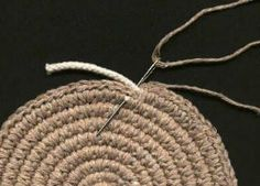 SAJONG: Onderzetter - crochet over a covered cord Diy Crochet Bag, Crochet Rope, Bead Crochet, Crochet Stitches, Crochet Patterns, Art Du Fil, Yarn Tail, Clothes Line, Yarn Needle