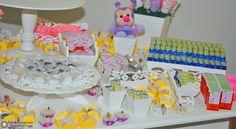 Bonequinhos e Flores na Mesa