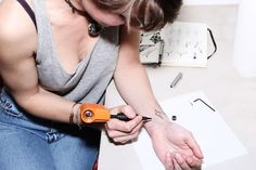"""O estudante de pós-graduação Jakub Pollág, da Royal College of Art, em Londres, desenvolveu uma máquina de tatuagem pessoal, chamada """"Personal Tattoo Machine"""", que permite ao usuário tatuar o próprio corpo, sem a necessidade de contratar um profissional."""