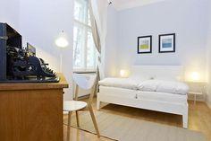 Strahlendes Schlafzimmer in weiß mit großem Bett und alter Schreibmaschine in Berlin  #gemeinsam wohnen  #Berlin # Schlafzimmer