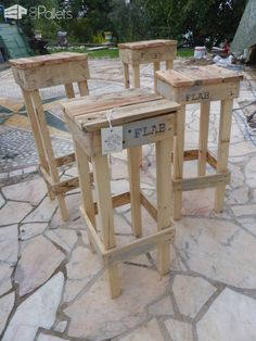 These Quick, Easy Pallet Stools are a fast and fun project that will be handy in any household. Build them with or without a seat back. Paint, stain, or simply leave them natural for a rustic look. Pallet Bar Stools, Pallet Stool, Outdoor Pallet Bar, Pallet Seating, Diy Pallet Furniture, Pallet Benches, Pallet Couch, Pallet Tables, Bench Stool