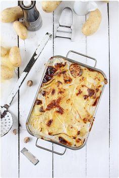1.6 kg stevige aardappelen. 1 liter volle melk. 5 teentjes knoflook. Nootmuskaat. Zout en peper.