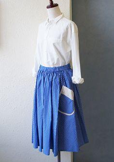 ポケットのデザインがノスタルジーを感じさせるギャザースカート。目が覚めるような青が夏らしく、涼しげです。