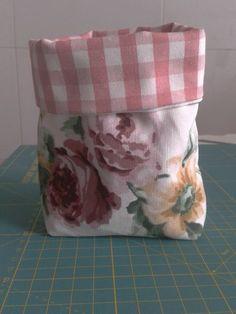 Telas de Ikea     Hoy os he preparado un tutorial para hacer unas bolsitas de tela muy chulas.    Estas bolsas son facilísimas de hacer, n... Hobbies And Crafts, Diy And Crafts, Fabric Storage Boxes, Diy Clutch, Fabric Bowls, Vide Poche, Basket Decoration, Sewing Box, Handmade Bags