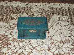 Antiqued turquoise finish with a silvery bezel design on top and silvery clasp