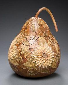Primeiro achei que eram cerâmicas, mas depois olhando mais perto, vi que são feitas com cabaças! Trabalho lindo!!! ...