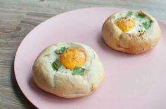 Ei in brood met spinazie en tomaat; een lekker en mooi gerecht voor tijdens de brunch. Iedereen kan dit maken. Eindeloos veel variaties mogelijk.