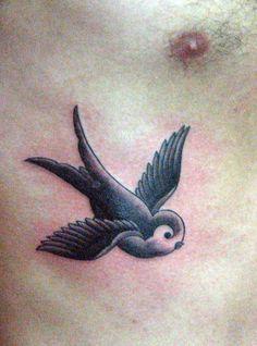 Tatuaje golondrina Pupa Tattoo Granada