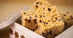 Une délicieuse recette de carrés de riz soufflé au beurre d'arachide et aux raisins présentée par foodlavie.