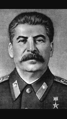 Losif Stalin Dirigio la construccion del socialismo en la URSS, que paso de ser un pais rural a una potencia industrial. Fue nacido el 18 de diciembre de 1878 en Georgia y murio el 5 de marzo de 1953.