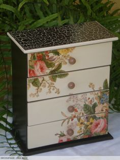 decoupage Decoupage Furniture, Decoupage Box, Decoupage Vintage, Hand Painted Furniture, Diy Furniture, Furniture Design, Jewelry Box Makeover, Altered Boxes, Box Art