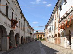 Castelponzone è uno dei borghi più belli d'Italia e si trova in provincia di Cremona. Elementi particolari i portici e il museo dei cordai.