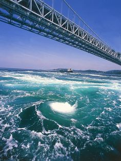 大鳴門橋と渦潮/徳島県鳴門市