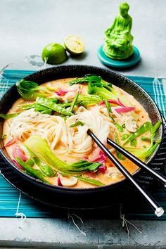 Unser beliebtes Rezept für Spicy Thai Nudelsuppe und mehr als weitere kostenlose Rezepte auf LECKER. More from my site Bunte Linsenbowl mit gebackenem Halloumi Delicious Vegan One Pot Spicy Thai Noodles Spicy Thai Noodles, Spicy Thai Noodle Soup Recipe, Thai Noodle Soups, Noodle Noodle, Spicy Recipes, Asian Recipes, Soup Recipes, Vegetarian Recipes, Chicken Recipes
