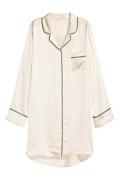 Long-sleeved nightshirt in mulberry silk fabric with contrasting trim. Lapels, buttons at front and at cuffs, and one chest pocket. Rounded hem with slits at sides and slightly longer back section. Cute Sleepwear, Sleepwear Women, Pajamas Women, Loungewear, Best Pajamas, Cute Pajamas, Cute Pajama Sets, Pajama Outfits, Night Suit