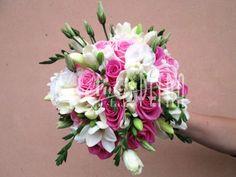 Svatební kytice kulatá z růží, fresií a eustomy č. 526.