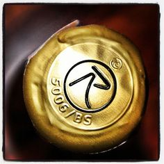 """Il rivestimento oro del nostro Brut. #franciacorta #cork #tappo #bottle #bottiglia #wine #vino #gold #italy #instaitalia"""""""