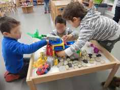 "La table à jouer ""chantier"" Kids Corner, Steiner Waldorf, Education, Images, Construction, Kindergarten Classroom, Play Table, Montessori Activities, Training"